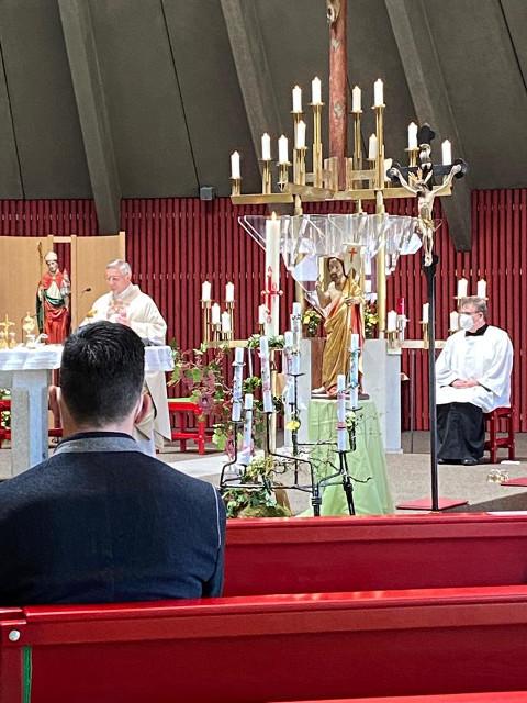 Herr Pfarrer Franz Pfeifer (links) und Akolyth Thomas Fischer (rechts) im festlich geschmückten Altarraum © M. Rochau