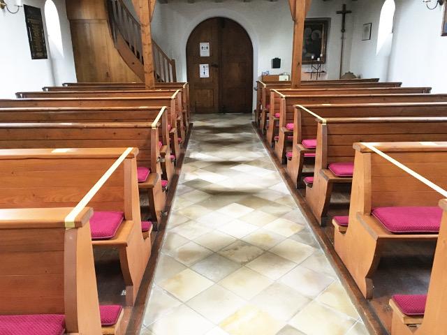 Neue Sitz- und Kniepolster für unser Kirchlein durch einen großzügigen Spender verwirklicht © V.Gäbke
