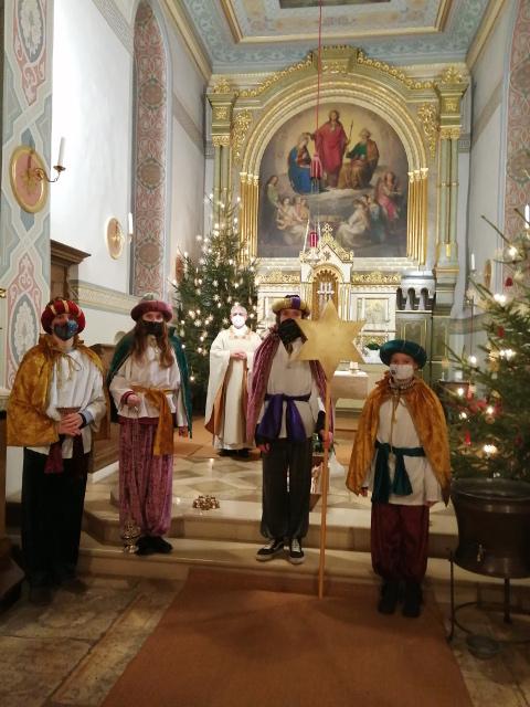Sternsinger-Aktion 2021 - Aussendung in weihnachtlich geschmückter Kirche © E. Hieber
