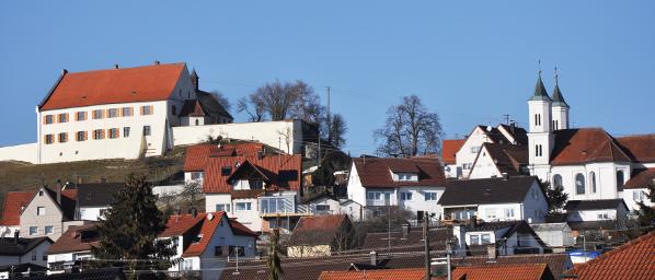 Ansicht Syrgenstein: links Schloss, rechts St. Johannes Evangelist © V. Gäbke (2013)
